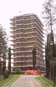 """Torre dei Lambardi """"imbracata"""" per lavori"""
