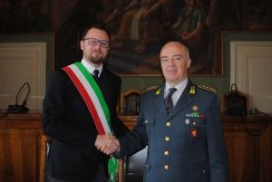 Il comandante provinciale delle Fiamme Gialle colonnello Dario Solombrino ed il sindaco di Magione Giacomo Chiodini