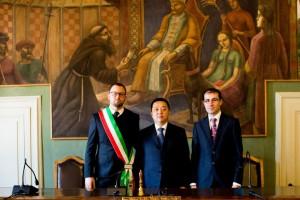 Shijekhuu Odonbaatar, ambasciatore della Mongolia in Italia, con il sindaco di Magione Giacomo Chiodini ed il presidente del Consiglio comunale Vanni Ruggeri. Sullo sfondo il dipinto di Dottori dedicato a Giovanni da Pian di Carpine