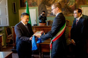 Shijekhuu Odonbaatar, ambasciatore della Mongolia in Italia, riceve l'Historia Mongalorum dal sindaco Giacomo Chiodini