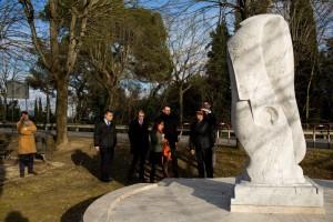 Shijekhuu Odonbaatar, ambasciatore della Mongolia in Italia, visita Magione ed ammira la statua dedicata a Fra Giovanni da Pian di Carpine, opera dello scultore Sestilio Burattini