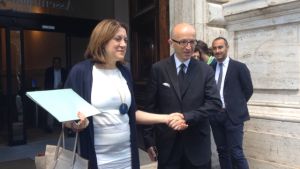 Fair Play, stretta di mano tra la presidente rieletta Catiuscia Marini e lo sfidante sconfitto Claudio Ricci