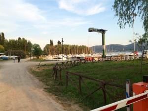 Nuova gru di sollevamento natanti alla darsena di San Feliciano di Magione lago Trasimeno