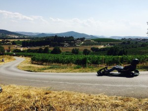 Corsa dei carrettini a Collesanto, sullo sfondo la cantina Pucciarella