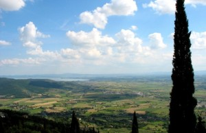 Il lago Trasimeno visto dalla città di Cortona