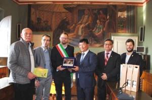 Il sindaco di Kharkhorin Enkhbat Lamzav e il vicegovernatore di Uvurkhangai Bajargal Osorkhuu a Magione (1)