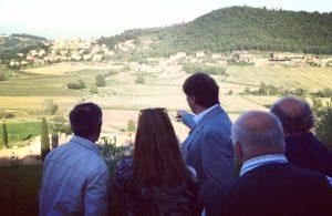 Brunello Cucinelli spiega agli abitanti di Vignaia le trasformazioni in corso nella valle di Solomeo