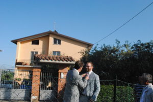 Vignaia, Brunello Cucinelli aggiusta la cravatta al sindaco Chiodini prima di inaugurare parcheggio