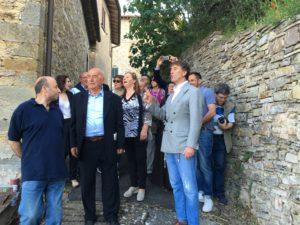 Vignaia, residenti e curiosi in visita al borgo assieme a Federica e Brunello Cucinelli